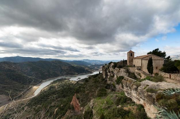 スペイン、カタルーニャのシウラーナの魔法の町の教会