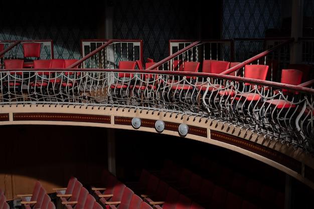 古くて放棄された赤の劇場の椅子の行