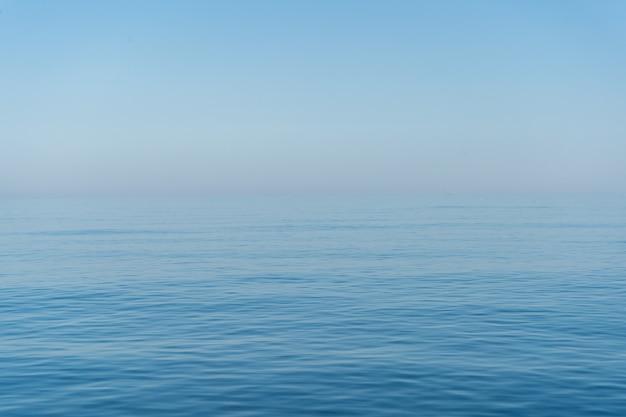 霧の日の海
