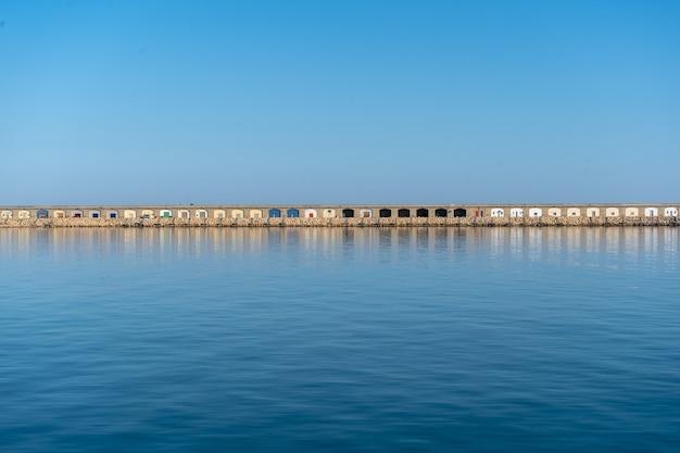 海からの港の眺め