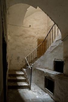 影の間に見られる古い階段
