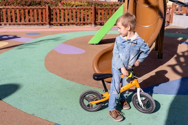 公園で彼の自転車で遊ぶ少年