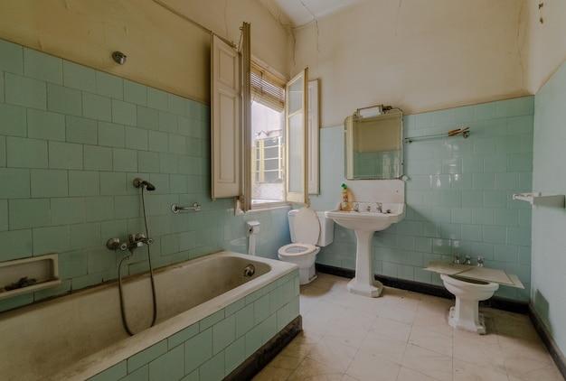 古いバスルーム