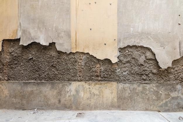 壊れて塗装されていない壁