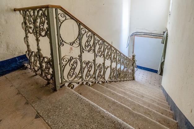 金属製の伝統的な手すり付き階段
