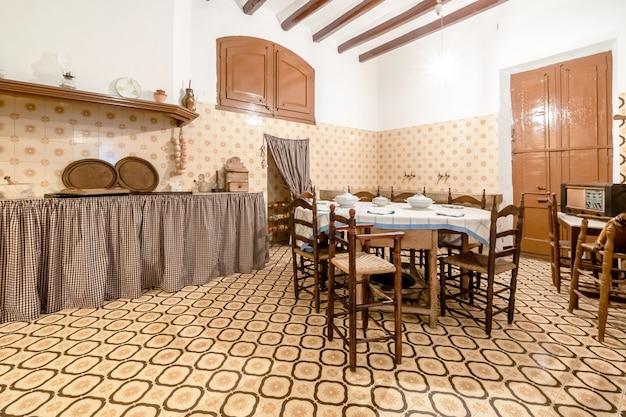 典型的な古い家のキッチン