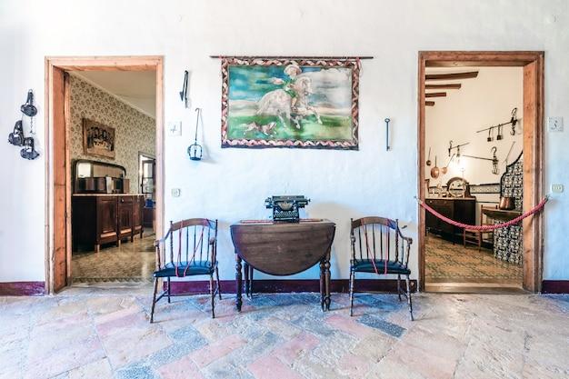家具付きの古い家