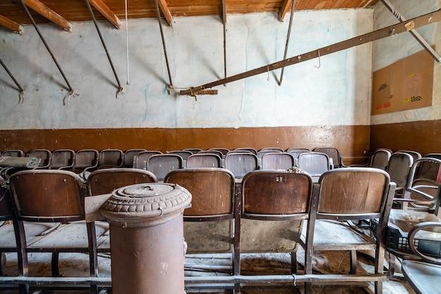 古い映画館の古い椅子