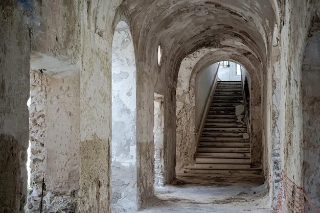 古い放棄された修道院の階段