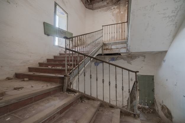 放棄された建物の階段