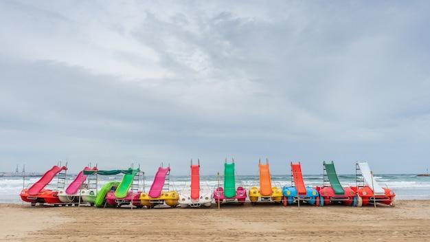 夏の終わりにビーチの砂の上でスケート