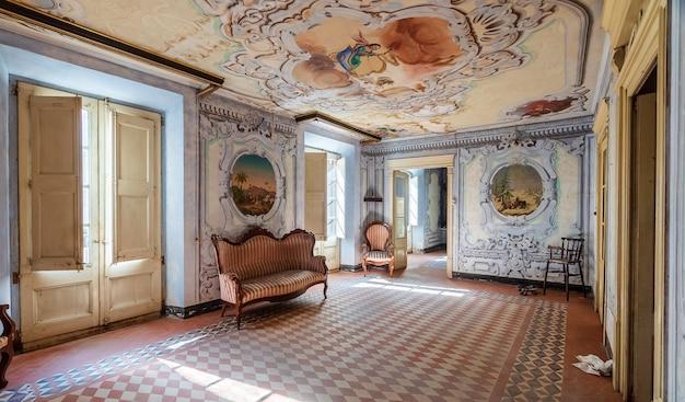 豪華で古い邸宅のインテリア