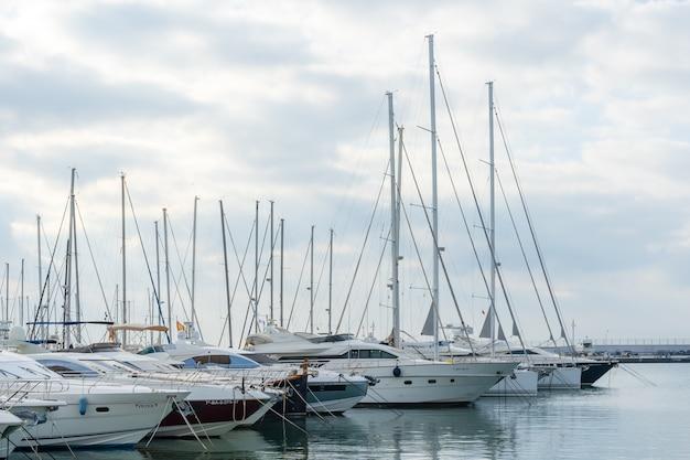 港に停泊するヨット