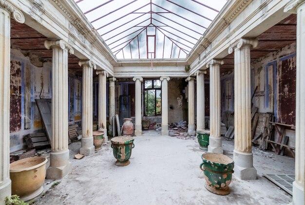 古い放棄された古典的な温室