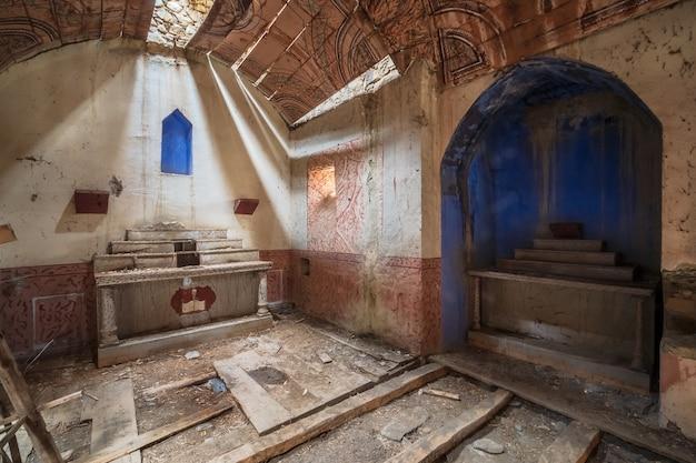 放棄され、台無しにされたロマネスク様式の教会