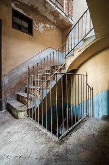 廃屋の階段