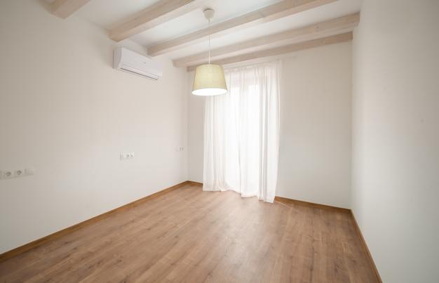 モダンな家の明るく空の部屋