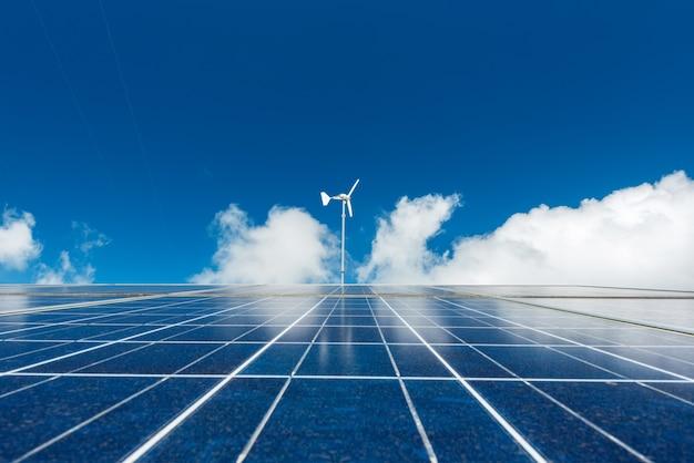 ソーラーパネル、風力タービン、青空