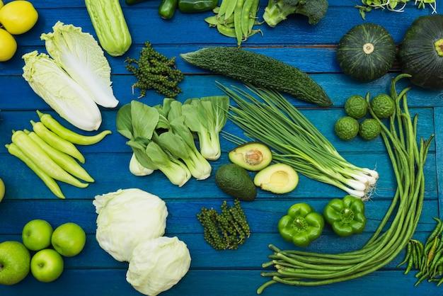 料理のためのテーブルの上に緑の野菜と果物有機