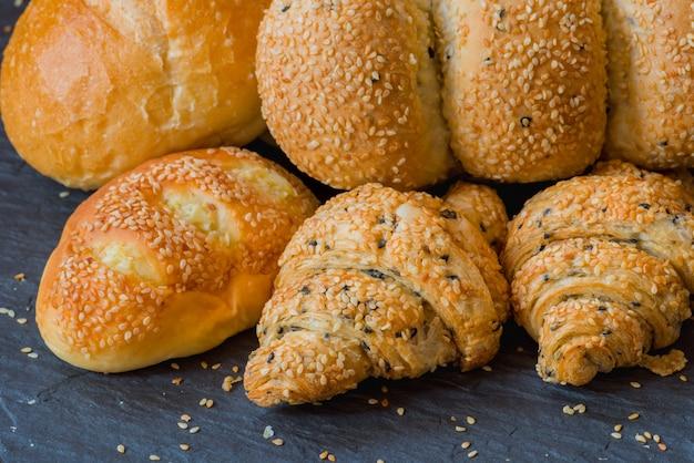 クローズアップ、伝統的で手作りのベーカリーパン、ゴマ