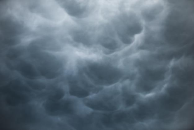 黒い雲と不気味な空で劇的な嵐の雲、雨の前の動きの暗い空