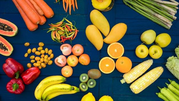 新鮮な果物と野菜のフラットなレイアウト