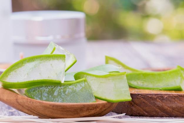 スキンケアのための新鮮なアロエベラの葉のスライスと非常に有用な天然ハーブの薬