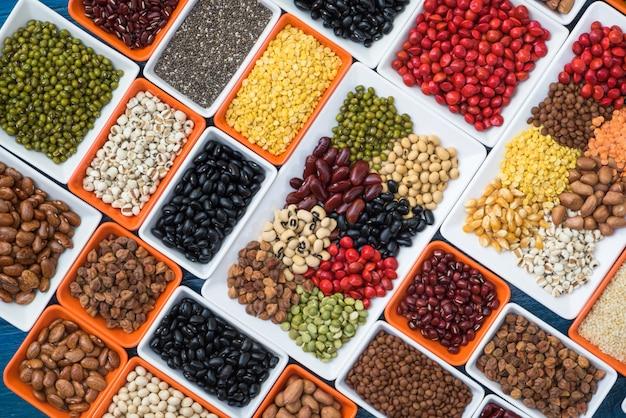 調理用テーブルに多色乾燥豆を準備