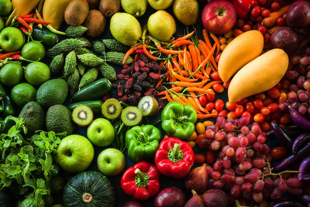 さまざまな新鮮な果物や野菜を食べる健康とダイエット