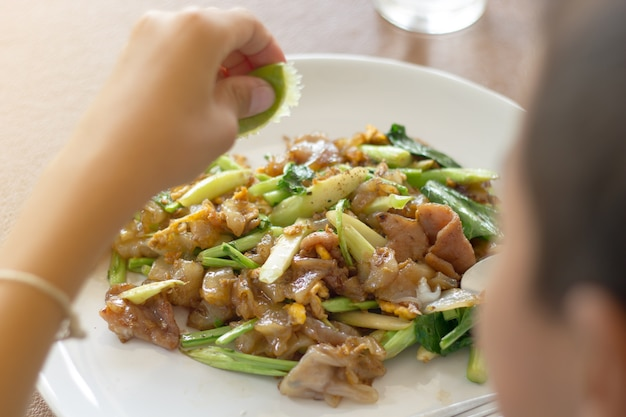 Мальчик, едят здоровую пищу в столовой или столовой.