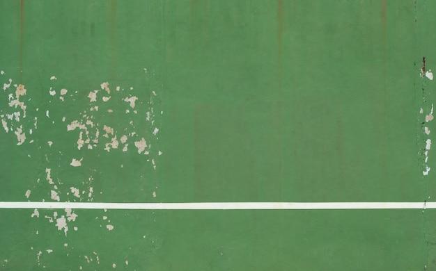 背景としての白いストライプと緑のコンクリートの壁