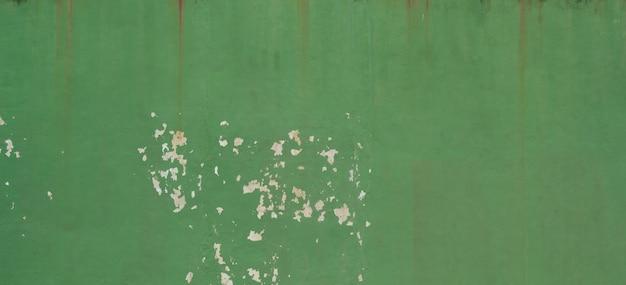 背景としての緑のコンクリートの壁