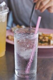 ドリンク水のガラス。