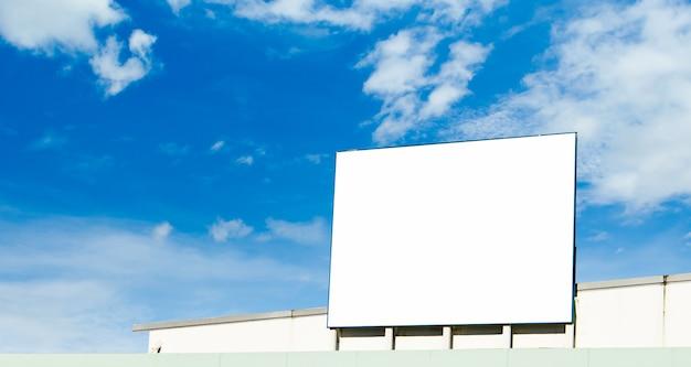 新しい広告の準備ができている空白の看板