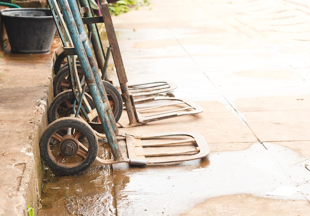 ワゴンは湿った床にとどまります。