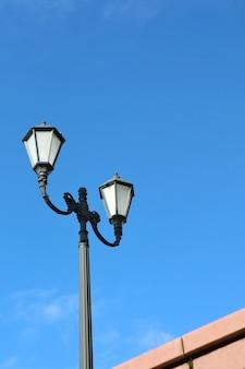 青い空が空いているランプ。テクノロジーと自然背景のコンセプト。