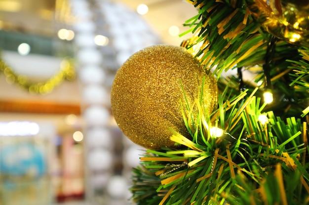 Рождественская елка с украшением, золотой шар. селективный фокус.