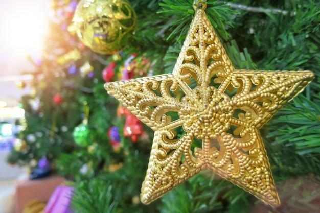 装飾、黄金の星とカラフルな光沢のあるボールでクリスマスのモミの木。