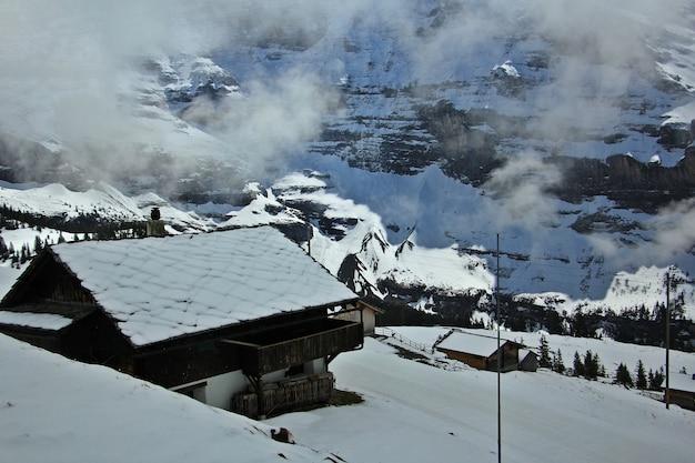 ユングフラウ地域のスイスアルプスのコテージ。走っている電車からの眺め。