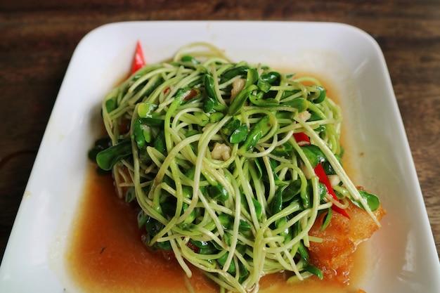 ヒマワリの芽はオイスターソースとチリで揚げた。タイ料理のスタイル。食品のコンセプト
