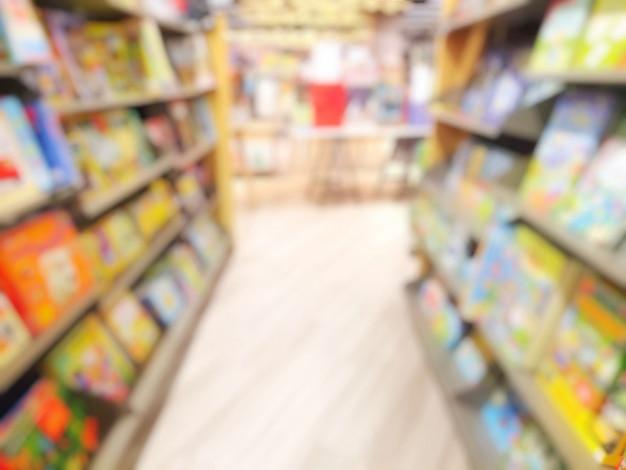 Размыты интерьер библиотеки с книгами на книжных полках.