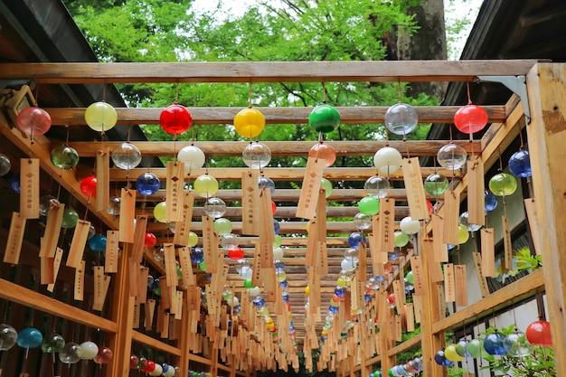 日本の川越市にある川越氷川神社でのカラフルなガラス風チャイムの縁結び風鈴。