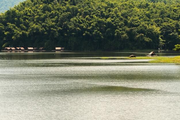 Плавучий дом с прекрасным видом на гору водохранилища - «хуай нам ман» в провинции лоэ, таиланд