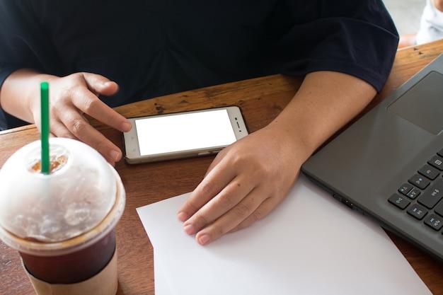 オフィスビジネスイメージの概念でスマートフォンを使用して女性