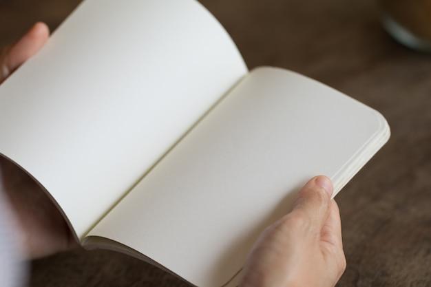 女性、読書、空、開いた、本、机