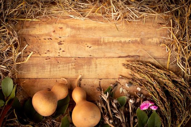 落ち葉や果物から古い秋の感謝祭の日の背景