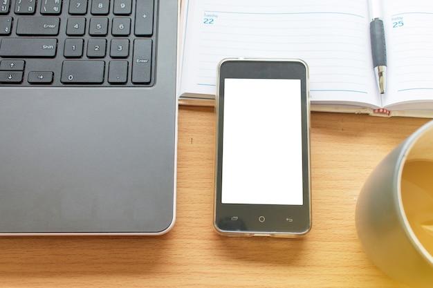 ラップトップスマートフォンと整理のビジネスワーキングテーブル