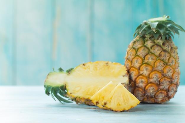 Спелые ананасы летних тропических фруктов на пастельных бирюзовых