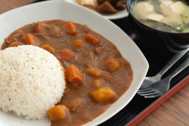 Карри рис, японская еда на деревянный стол