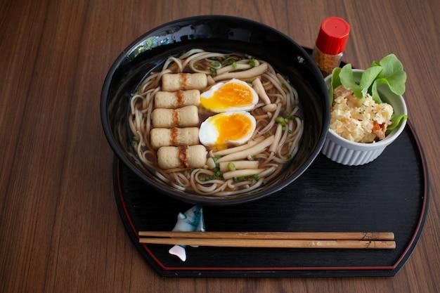 日本の小麦麺、木製のテーブルにうどん